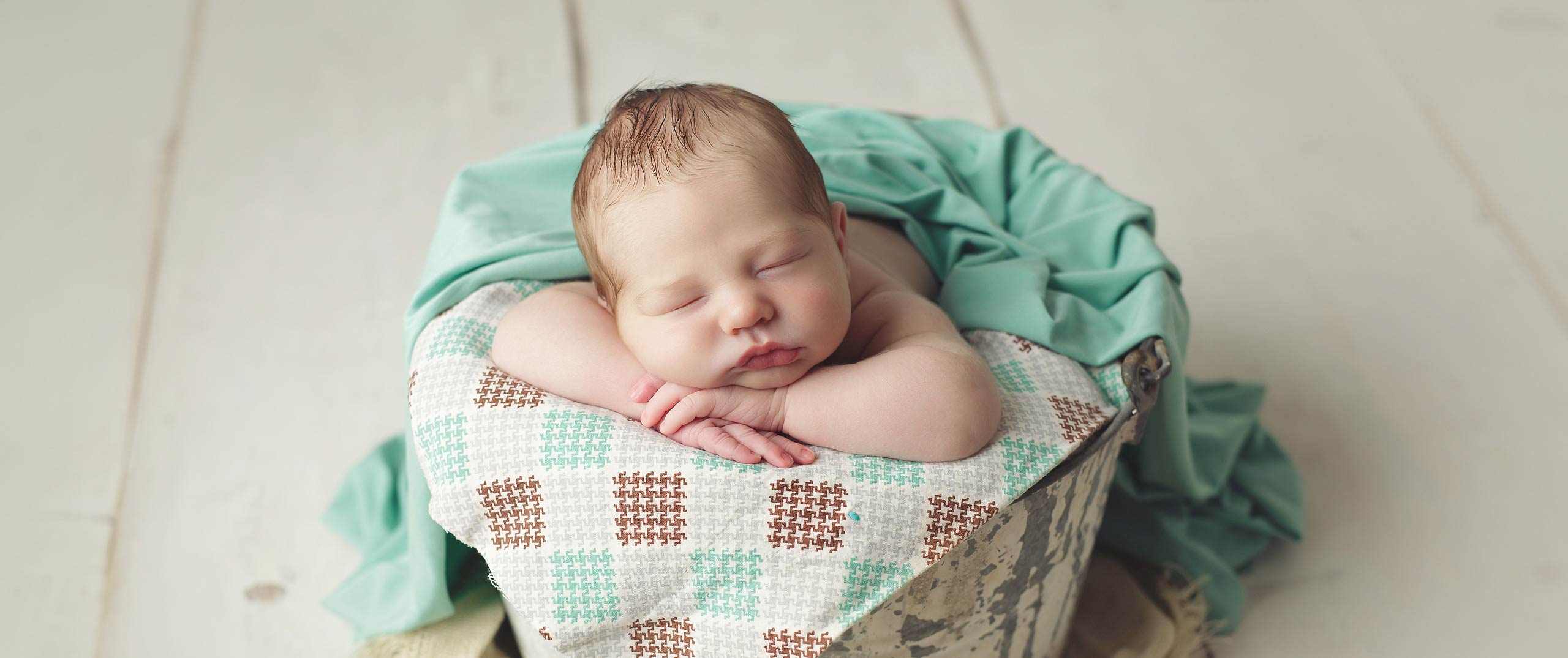 baby in bucket with quilt newborn photography lincoln nebraska